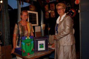 2015-09-01, Bestuursleden Kikkeropfleurdoos Henny Duijn-Visscher (l) en Elvire ten Berge-de Ridder