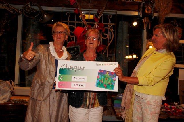 2015-09-01 EVA-voorzitter Ellen Nass (r) overhandigt cheque